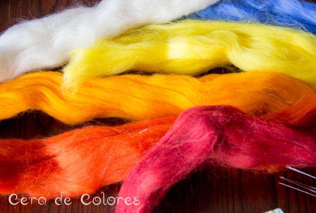 lana peinada de diferentes colores. Cera de colores